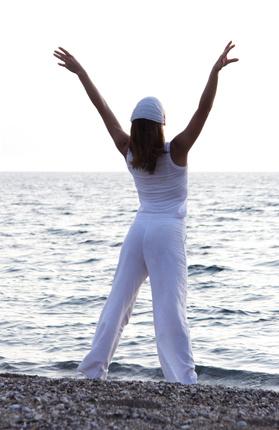 Kobieta nad morzem rozciąga się